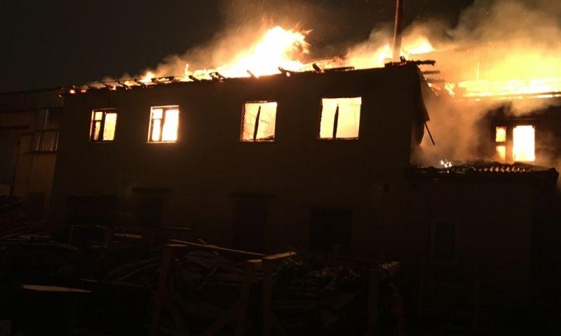 В Ярославле сгорело деревообрабатывающее предприятие
