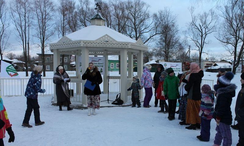 В благоустроенных в рамках проекта «Решаем вместе» дворах и парках прошли новогодние гулянья