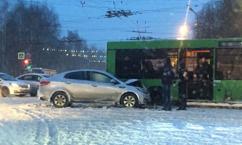 Из-за тройного ДТП с автобусом и маршруткой в центре Ярославля парализовано движение