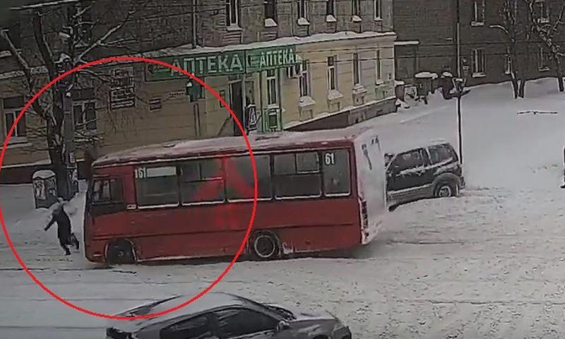 На Пятерке девушка попала под колеса маршрутки: видео