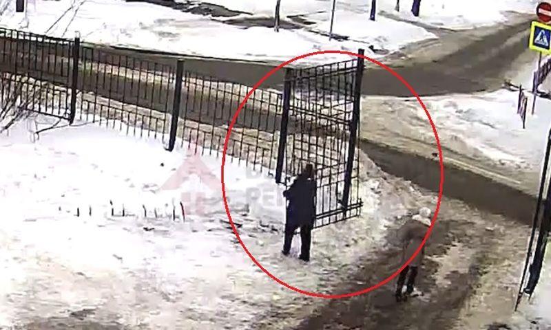 В Ярославле мама с ребенком сломали железные ворота парка Рабочий сад: видео