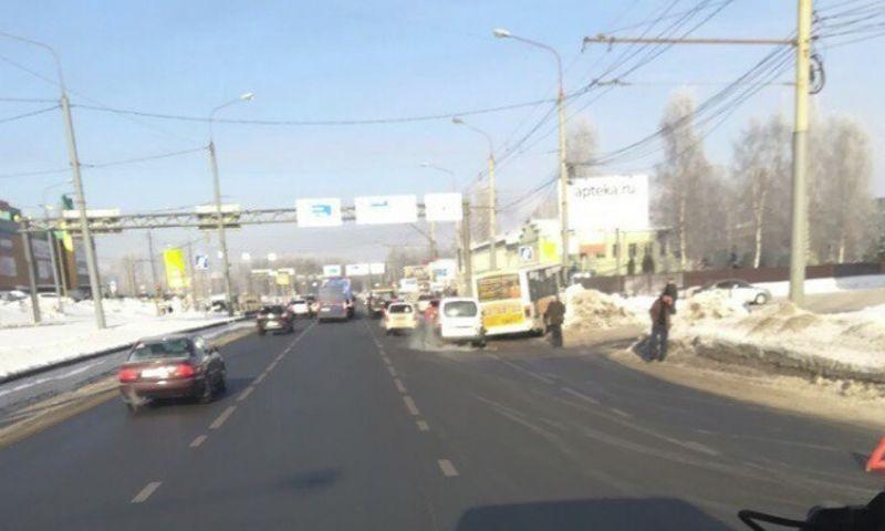 На Тутаевском шоссе в Ярославле маршрутка вылетела с дороги
