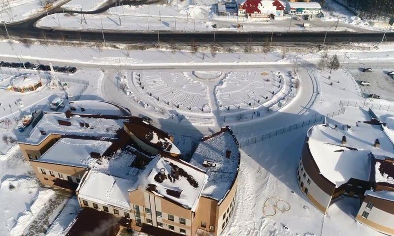 В Ярославле гигантскую открытку вытоптали на снегу у зоопарка: видео