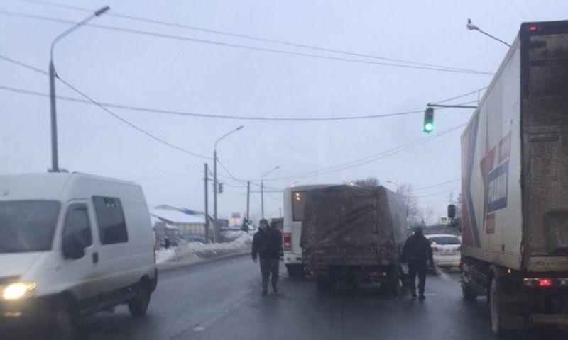 На окружной дороге Ярославля столкнулись маршрутка и «Газель»