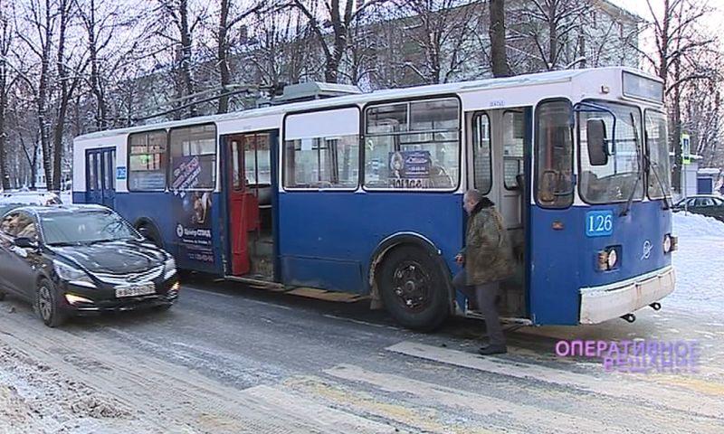 В Ярославле водитель троллейбуса и пассажир устроили любовные разборки на дороге: видео