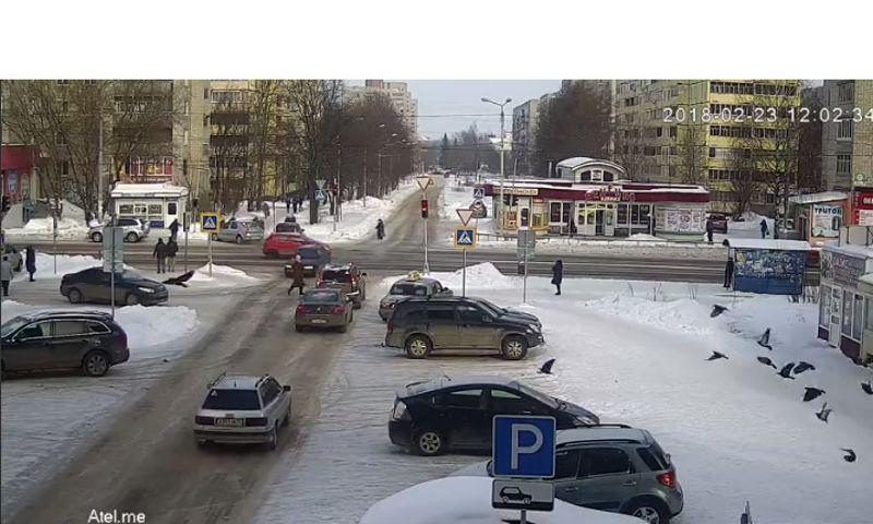 В Рыбинске две машины столкнулись и вылетели на тротуар прямо на пешеходов: видео