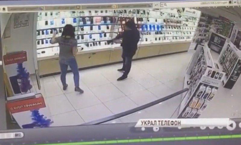 В ярославском магазине на глазах у продавца вор незаметно украл телефон: видео