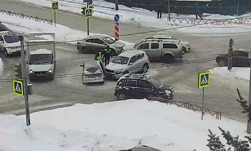 В Ярославле иномарка на приличной скорости сбила «Жигули»: видео