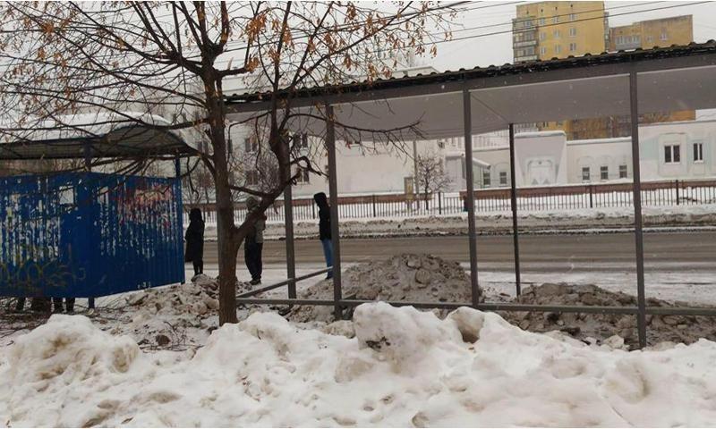 В мэрии рассказали, почему остановку за Волгой завалили снегом