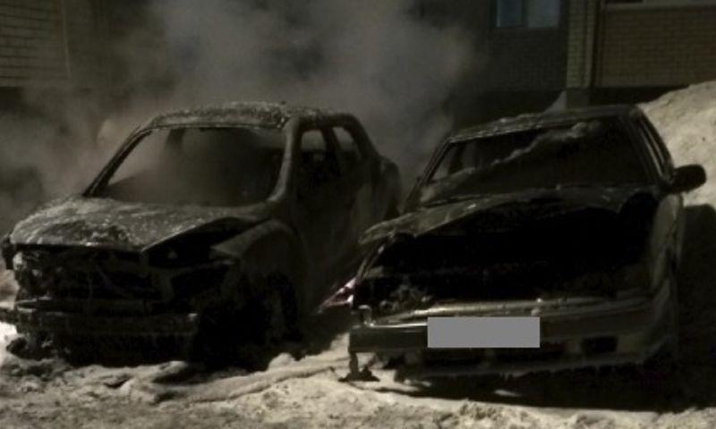 В Ярославской области во время пожара сгорели два автомобиля