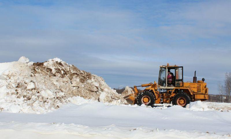 На нефтеперерабатывающем заводе в Ярославской области вывозят снег с территории у кислогудронных прудов