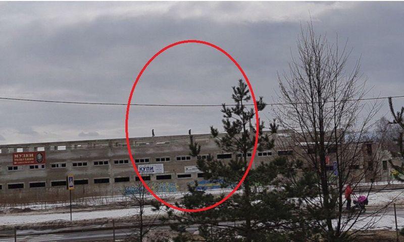 В Ярославле засняли детей, гуляющих по крыше недостроенного здания