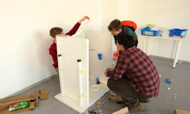 Дети в парке «Кванториум» соревновались в строительстве машин Голдберга