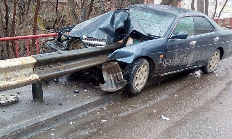 В Ярославле дорожное ограждение проткнуло иномарку: фото