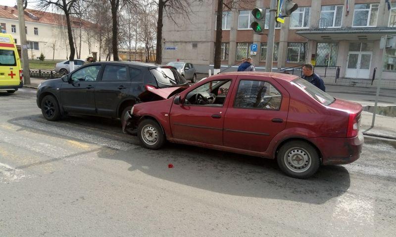 Два человека пострадали в результате столкновения двух автомобилей в Ярославле