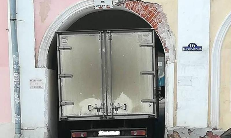 В Ярославле арестовали водителя грузовика, застрявшего в арке в центре города