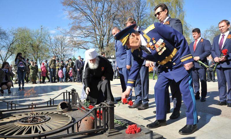 Торжественные мероприятия 9 Мая начались с возложения цветов к Вечному огню