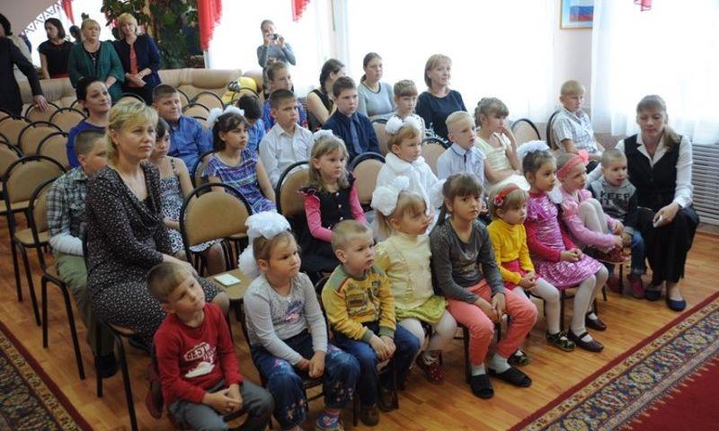 В день защиты детей Дмитрий Миронов посетил социально-реабилитационный центр «Искорка»