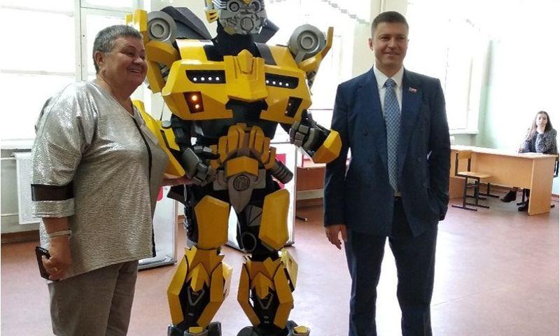 В Ярославле трансформер из фантастического боевика пришел на участок предварительного голосования: видео