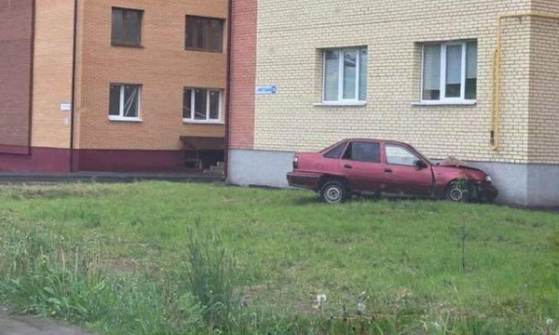 В Ярославле иномарка врезалась в стену дома