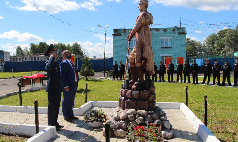 В Рыбинске осужденные сделали двухметровый деревянный памятник неизвестному солдату