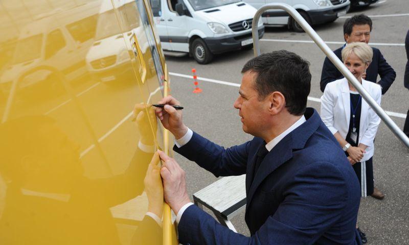 На ярославском заводе в честь юбилея установили металлического медведя