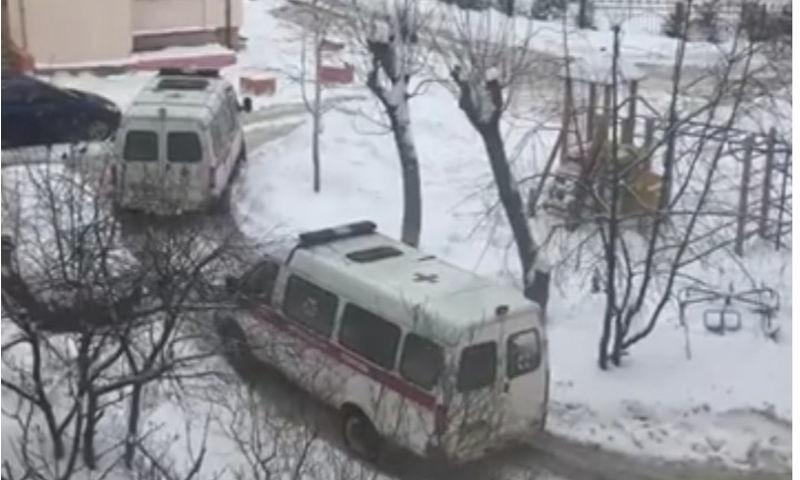 В ярославском дворе в снегу застряли два автомобиля скорой помощи
