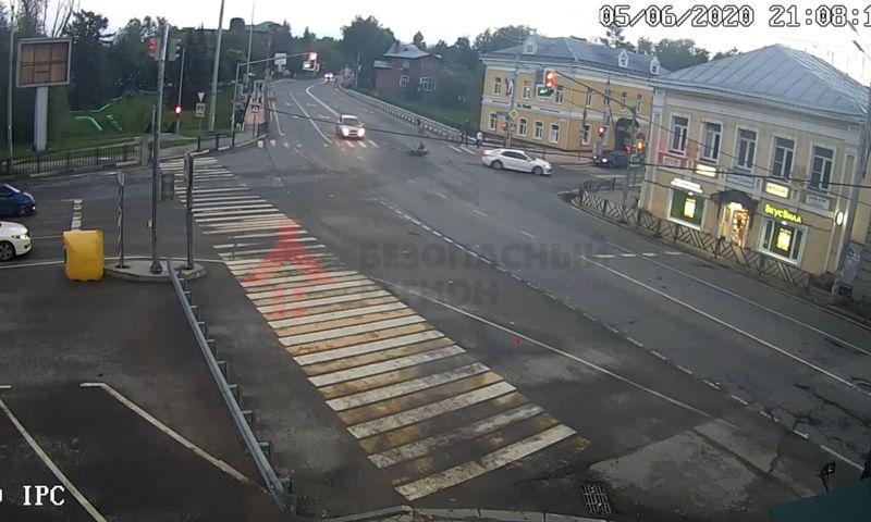 Пассажир перевернулся в воздухе: появилось видео аварии с мотоциклом в Переславле-Залесском
