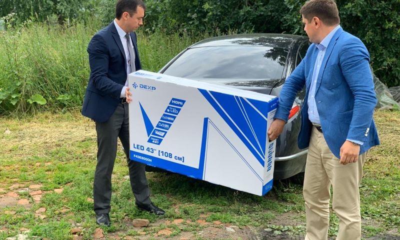 Ярославец отдал выигранный на выборах большой телевизор многодетной семье