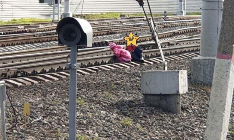 Ярославцев шокировали фото малышей, игравших на железнодорожных путях