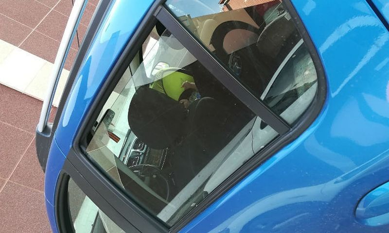 В Ярославле на парковке оставили малыша в салоне авто в 30-градусную жару