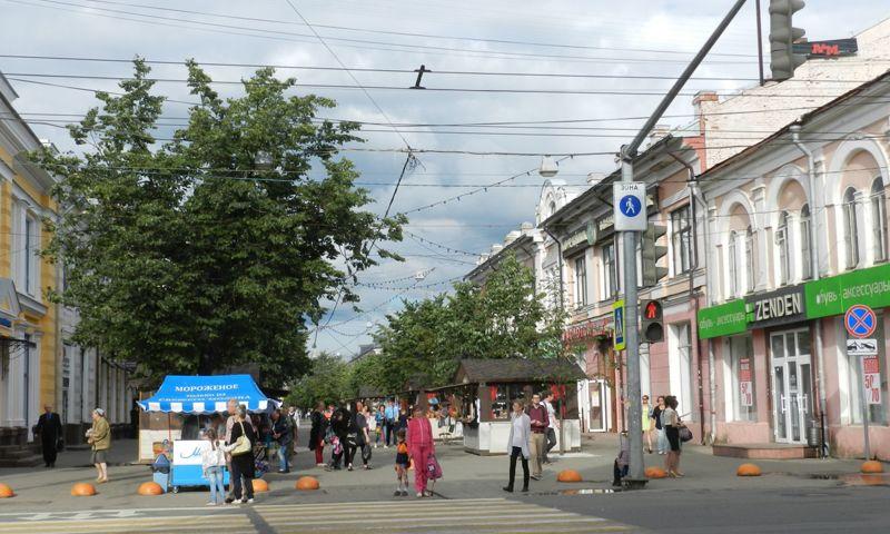 На улице Кирова в Ярославле спиливают и выкорчевывают липы
