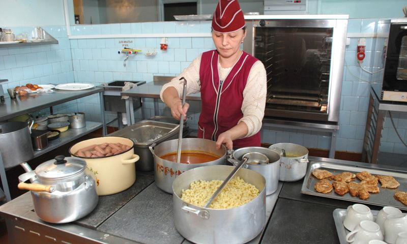 В Ярославле с начала учебного года школьников переведут на безналичную оплату питания
