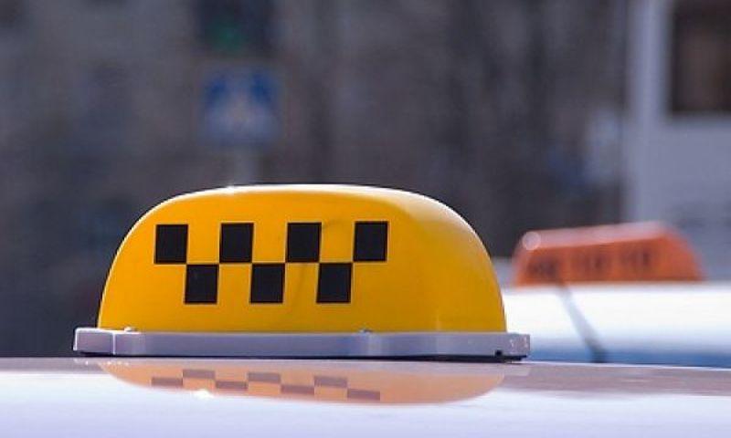 Таксист не смог отговорить пенсионерку передавать мошенникам 48 тысяч рублей