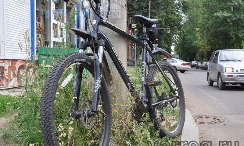 В результате ночного ДТП в Ярославле в больницу попали велосипедист и пешеход