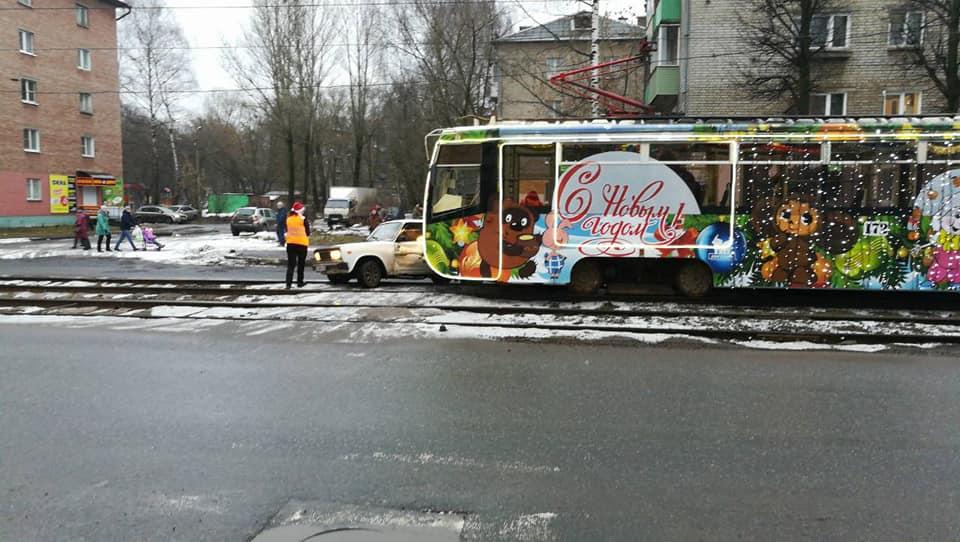 В Ярославле новогодний трамвай попал в ДТП