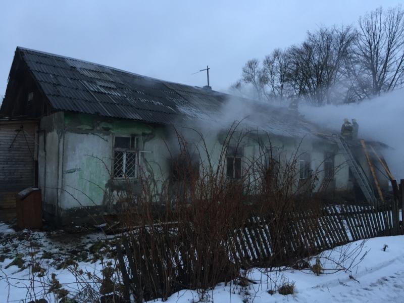 15 спасателей почти три часа тушили крупный пожар под Ярославлем