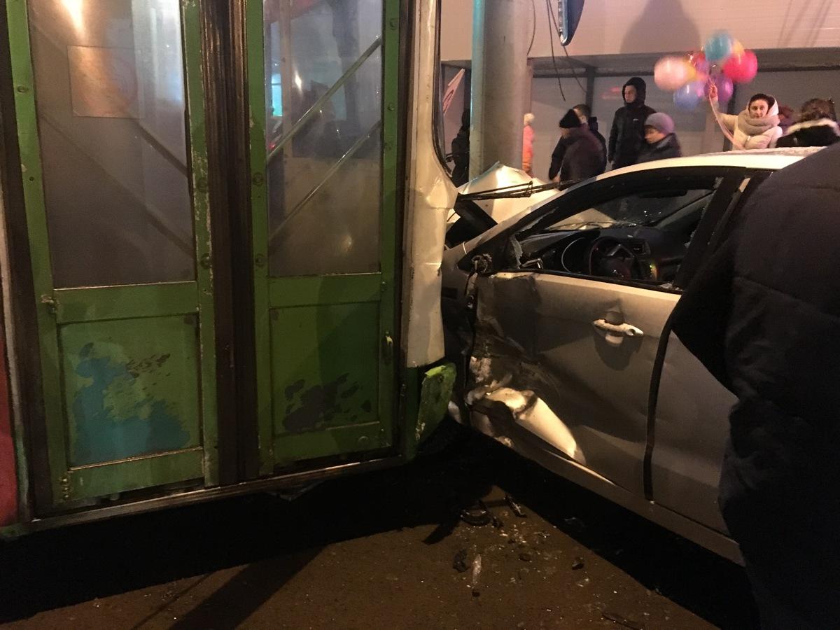 На Московском проспекте автобус снес светофор и протаранил несколько машин: видео