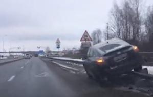 В Ярославле иномарка с пассажирами повисла на отбойнике