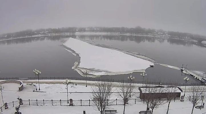 Крупная льдина откололась от подтопленной набережной в Рыбинске и поплыла в сторону Ярославля: видео
