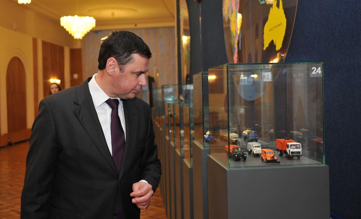 В правительстве области открылась выставка, посвященная 80-летию выпуска первого отечественного двухэтажного троллейбуса