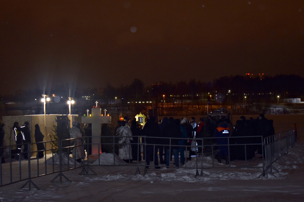 Ночью в Ярославле в проруби окунулись 8 тысяч человек: фото, видео