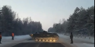 Военная техника перегородила дорогу автомобилистам в Ярославской области: видео
