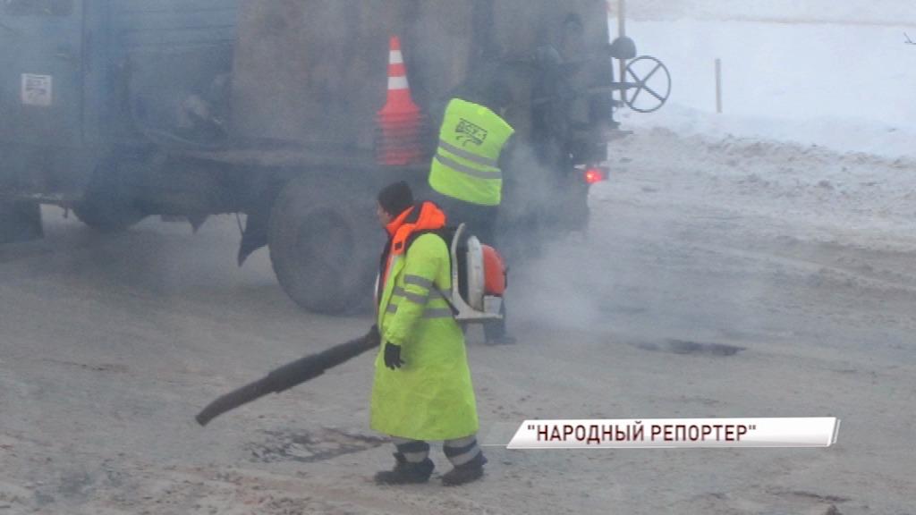На улице Павлова в Ярославле асфальт укладывают прямо на снег