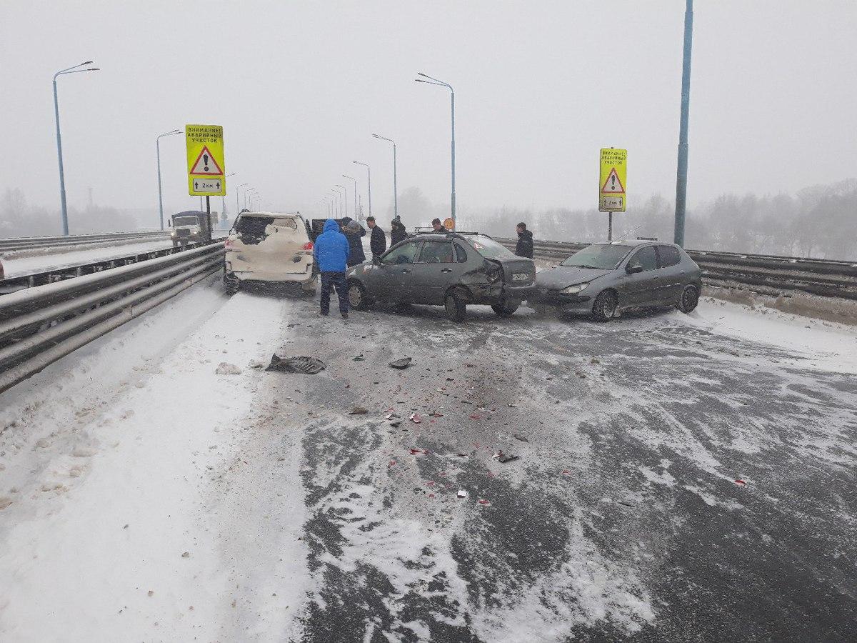На Юбилейном мосту в Ярославле столкнулись четыре авто