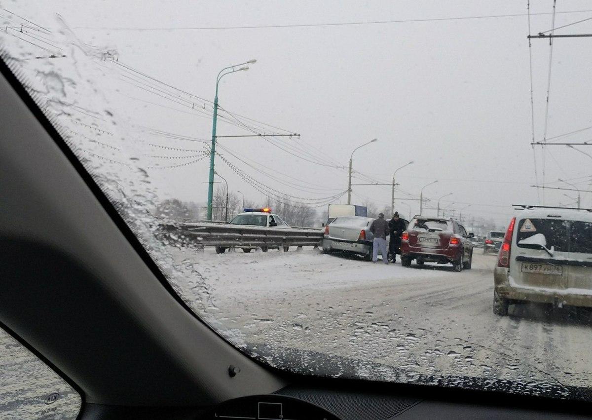 Авария на мосту через Которосль у Богоявленской площади спровоцировала пробку