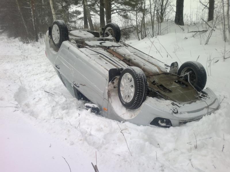 В Ярославской области автомобиль съехал в кювет: двое пострадавших