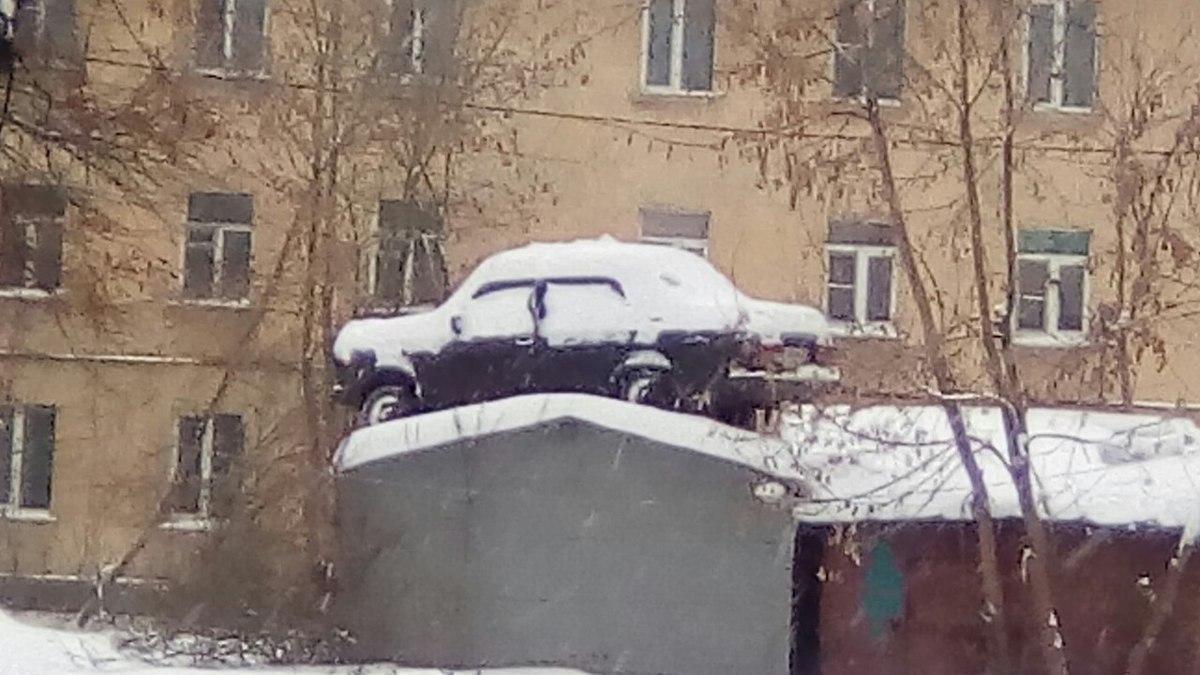 Закинул авто на гараж: ярославец обнаружил свою машину в необычном месте