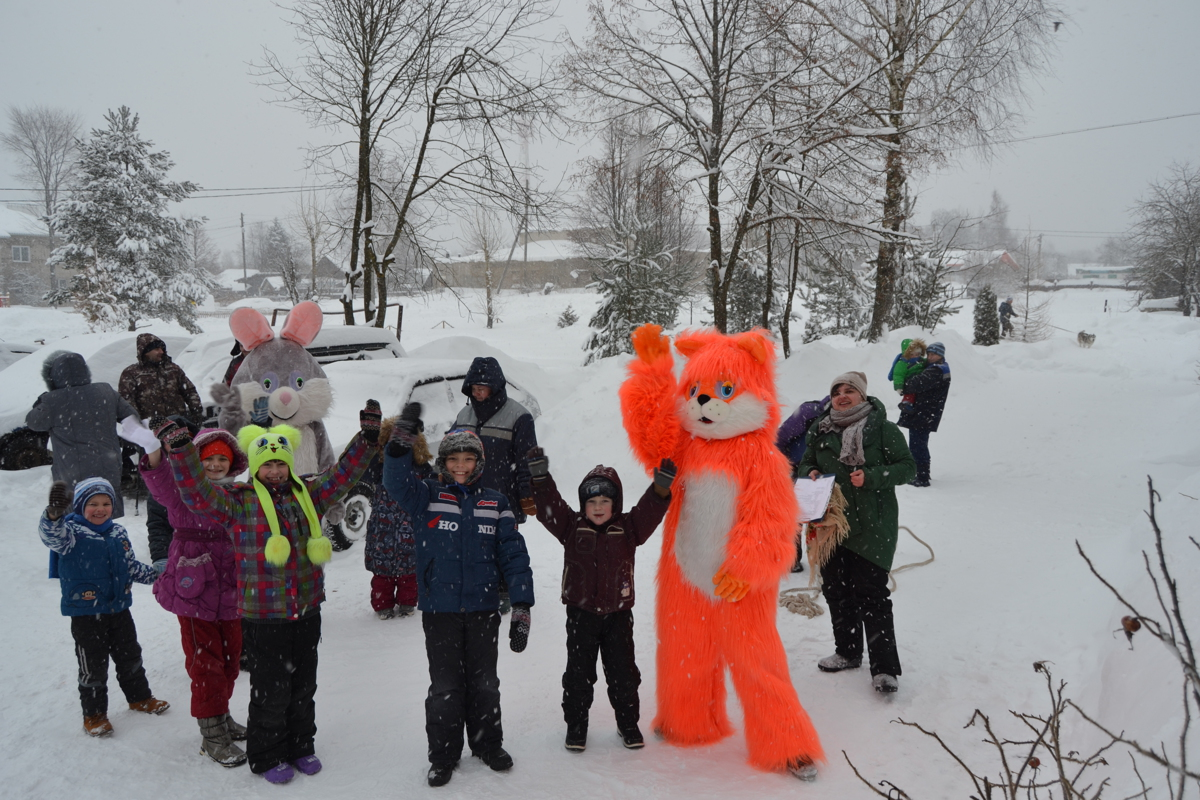 В Заячьем Холме на площадке, благоустроенной по проекту «Решаем вместе!», прошел зимний праздник
