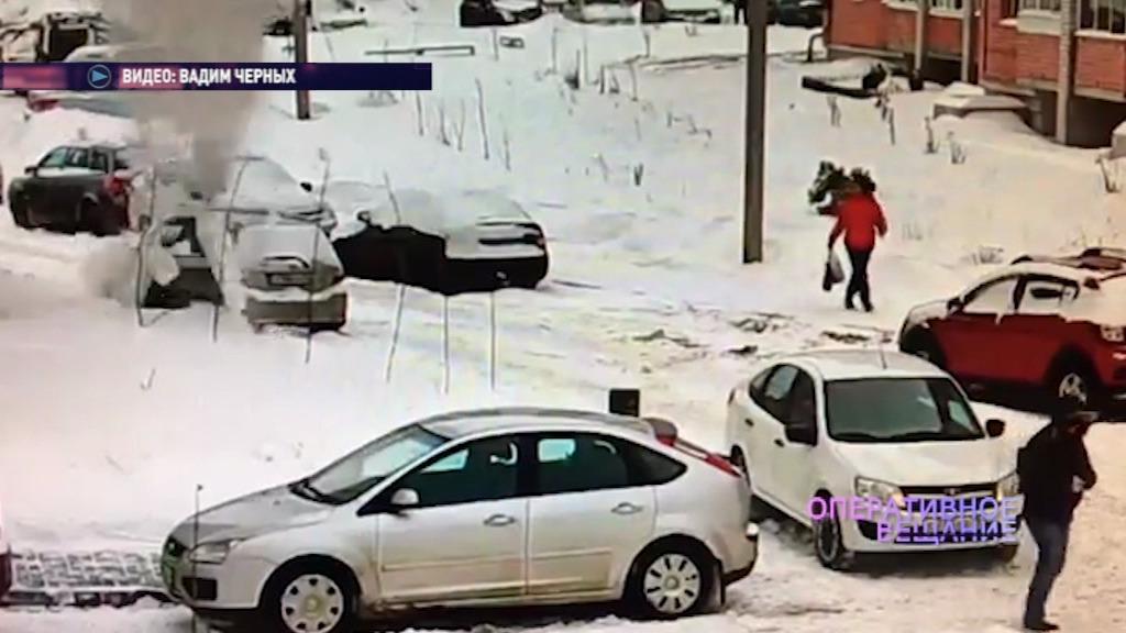 В Ярославле легковушку смяло сошедшим с крыши снегом: видео